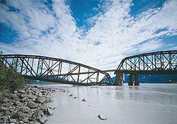 Miles Glacier Bridge, danni e kludge, 1984.jpg
