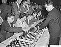 Monster simultaan schaakseance in de Effectenbeurs te Amsterdam, de Rus Tal doet, Bestanddeelnr 910-4508.jpg