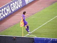 Montolivo mentre esegue un calcio d'angolo con la maglia della Fiorentina