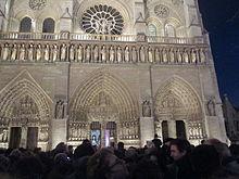 Messa da Requiem alla cattedrale di Notre-Dame, alla presenza delle autorità statali e con la folla al di fuori, il 15 novembre 2015