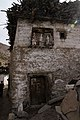 Nako-16-Haus mit drei Lhatos-gje.jpg