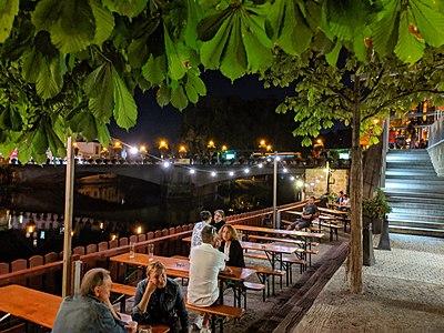 Neckarmüller Biergarten bei Nacht im Sommer 2.jpg