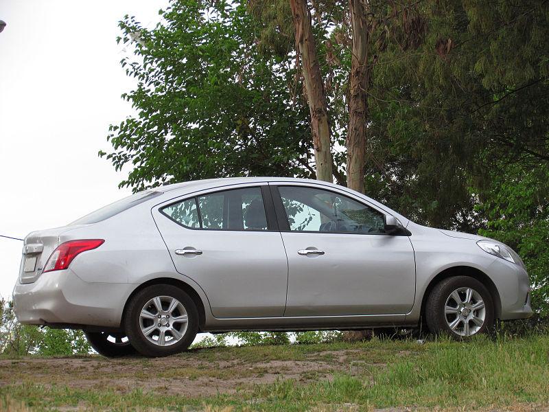 800px-Nissan_Versa_1.6_Sense_2013_%28110