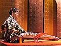Nobuko Matsumiya au koto (danse du Kabuki, musée Guimet).jpg
