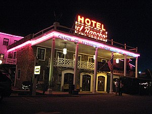 El Rancho Hotel & Motel - El Rancho Hotel at night