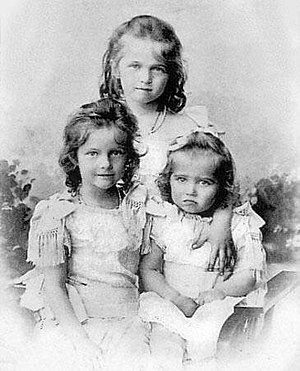 Grand Duchess Maria Nikolaevna of Russia (1899–1918) - Grand Duchesses Olga, Tatiana, and Maria Nikolaevna in an official portrait taken in 1901.