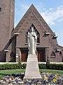 Oosterhout Rijksmonument 523908 H.Hartbeeld voor kerk.JPG