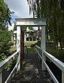 """Overzicht brug met poort, met zicht op de kasteelruïne. Tekst aan de bovenzijde van de poort- """"l'histoire se repète"""" - Asten - 20535894 - RCE.jpg"""