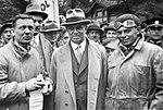 Předseda správní rady Vítězslav Kumpera st. s vítěznou posádkou 1000 mil Knapp - Vojíř (1933).jpg