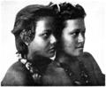 P161 - samoa. deux sœurs âgées de 11 et 13 ans - Liv4-Ch06.png