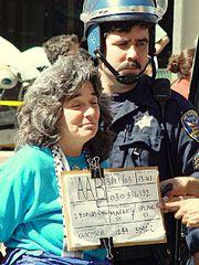 Una pacifista viene arrestata durante le proteste contro la guerra in Iraq nel marzo 2003.