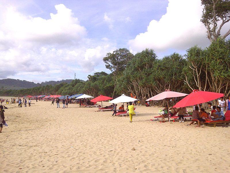 suasaba santai di pantai pulau merah