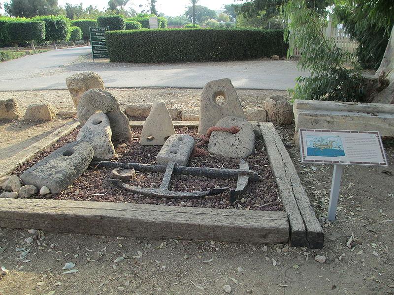 עוגנים עתיקים בחצר מוזיאון המזגגה