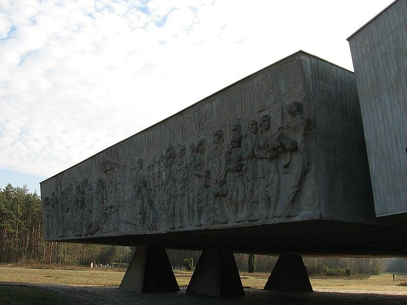 האנדרטה במחנה ההשמדה חלמנו