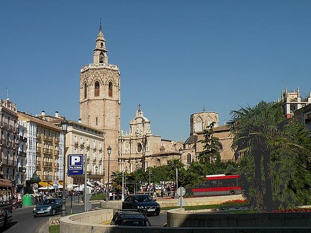 https://upload.wikimedia.org/wikipedia/commons/thumb/1/1b/Plaza_di_la_Reina%2C_Valencia.jpg/640px-Plaza_di_la_Reina%2C_Valencia.jpg