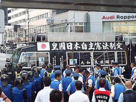 2015年8月9日にロシア大使館の近くで日本の警察に直面しているトラック