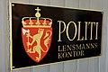 Politi Lensmannskontor (Flatanger lensmannskontor nedlagt 1. april 2018) Veggskilt med Riksvåpen veggskilt (Police wall sign Norwegian Coat of Arms) Justismuseet (National Museum of Justice) Trondheim Norway DSC08662.jpg