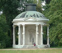 O Templo da Amizade: construido a Sul da avenida principal entre, 1768 e 1770, por Carl von Gontard em memória da irmã favorita de Frederico o Grande, a Margravina Guilhermina de Bayreuth. O edifício complementa o Templo Antigo, o qual se encontra a Norte da alameda.