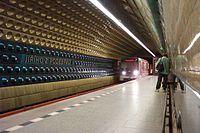 Praha, Jiřího z Poděbrad, Přijíždějicí vlak metra.jpg