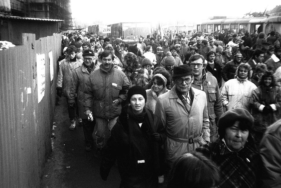Praha 1989-11-25, Hradčanská, dav se valí na Letnou