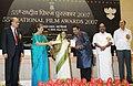 Pratibha Devisingh Patil presenting the Award for Best Male Playback Singer to Shri Shankar Mahadevan for Hindi Film Taare Zameen Par, at the 55th National Film Awards function, in New Delhi on October 21, 2009.jpg