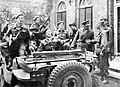 Prins Bernhard achter stuur van jeep met gewapende bodyguards, waarschijnlijk in, Bestanddeelnr 255-9612.jpg