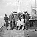 Prinses Juliana, prins Bernhard, met snor, prinses Beatrix, prinses Irene, gener, Bestanddeelnr 255-7602.jpg
