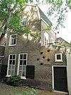 foto van Woonhuisjes aan de noordzijde van de steeg tussen Voorstraat en Hof, tegenover de Augustijnenkerk