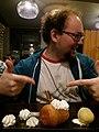 Restaurant Chez Arnaud, Lucas Lévêque préparant une opération sur un baba au rhum.jpg