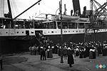 Romarji se v Trstu vkrcavajo na ladjo »Tirol«. Pred njimi je bilo pet dni plovbe do palestinskega pristanišča Jafa 1910.jpg