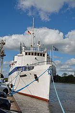Schleswig-Holstein, Hochdonn, Fähranleger am N-O-Kanal; das Motorschiff Brahe lag dort als Hotelschiff für Wacken Open Air 2015 NIK 5400.jpg