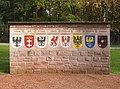 Sennefriedhof, Vertriebenenmahnmal, re. Wappenmauer-01.jpg