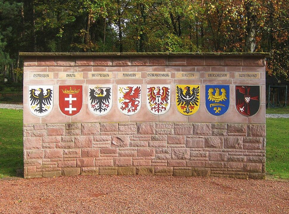 Sennefriedhof, Vertriebenenmahnmal, re. Wappenmauer-01