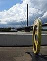 Skulptur auf der unteren Werft am Düsseldorfer Joseph-Beuys-Ufer mit Oberkassler Brücke.jpg