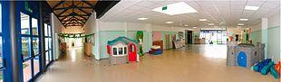 Spazi comuni dedicati ad attività ludiche e motorie nella scuola per l'infanzia.