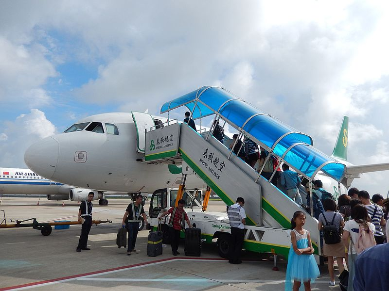 File:Spring Airlines aircraft with passenger boarding stairs @ PVG.jpg