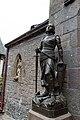 Statue de Jeanne d'Arc à l'extérieur de l'église Saint-Pierre (Le Mont-Saint-Michel, Manche, France).jpg