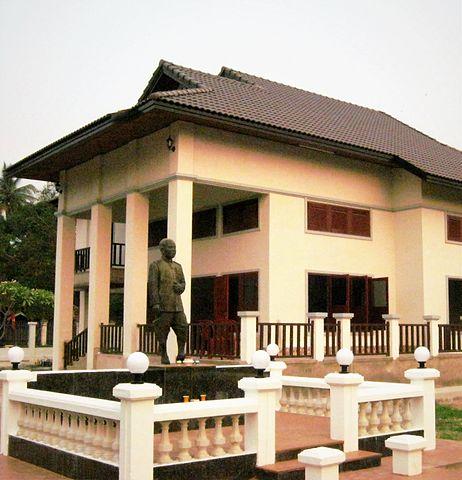 fichier statue de kou voravong devant la maison familiale en 2015 jpg wikip dia. Black Bedroom Furniture Sets. Home Design Ideas