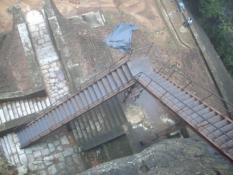 Файл: сталь Ladderway для туристов, чтобы подняться Sigiriya Rock Fortress .. JPG