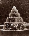 Stevenson, Robert Louis - Brunnen der Pyramide von Girardon (Zeno Fotografie).jpg