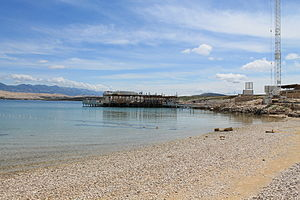 Zrće - Image: Strand Zrce mit Blick auf Noa Beach Club