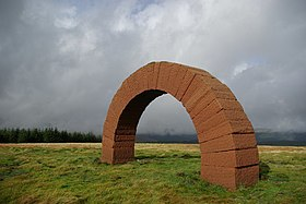 Striding Arch sculpture by Andy Goldsworthy on Colt Hill - geograph.org.uk - 1009011.jpg
