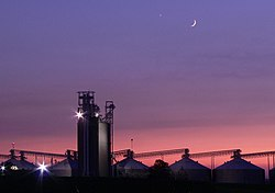 "Twilight in the midwestern US featuring Venus as a brilliant ""evening star"" and the crescent moon"