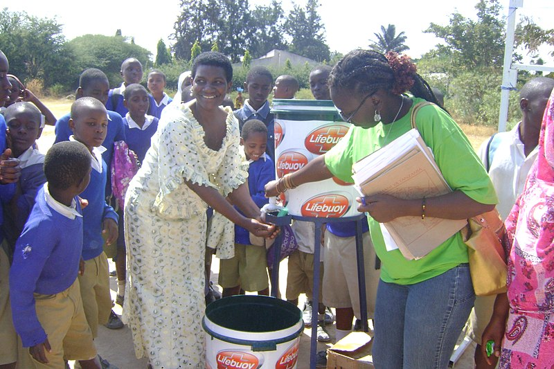 File:Teaching proper hand washing, Mbeya. (7589442826).jpg