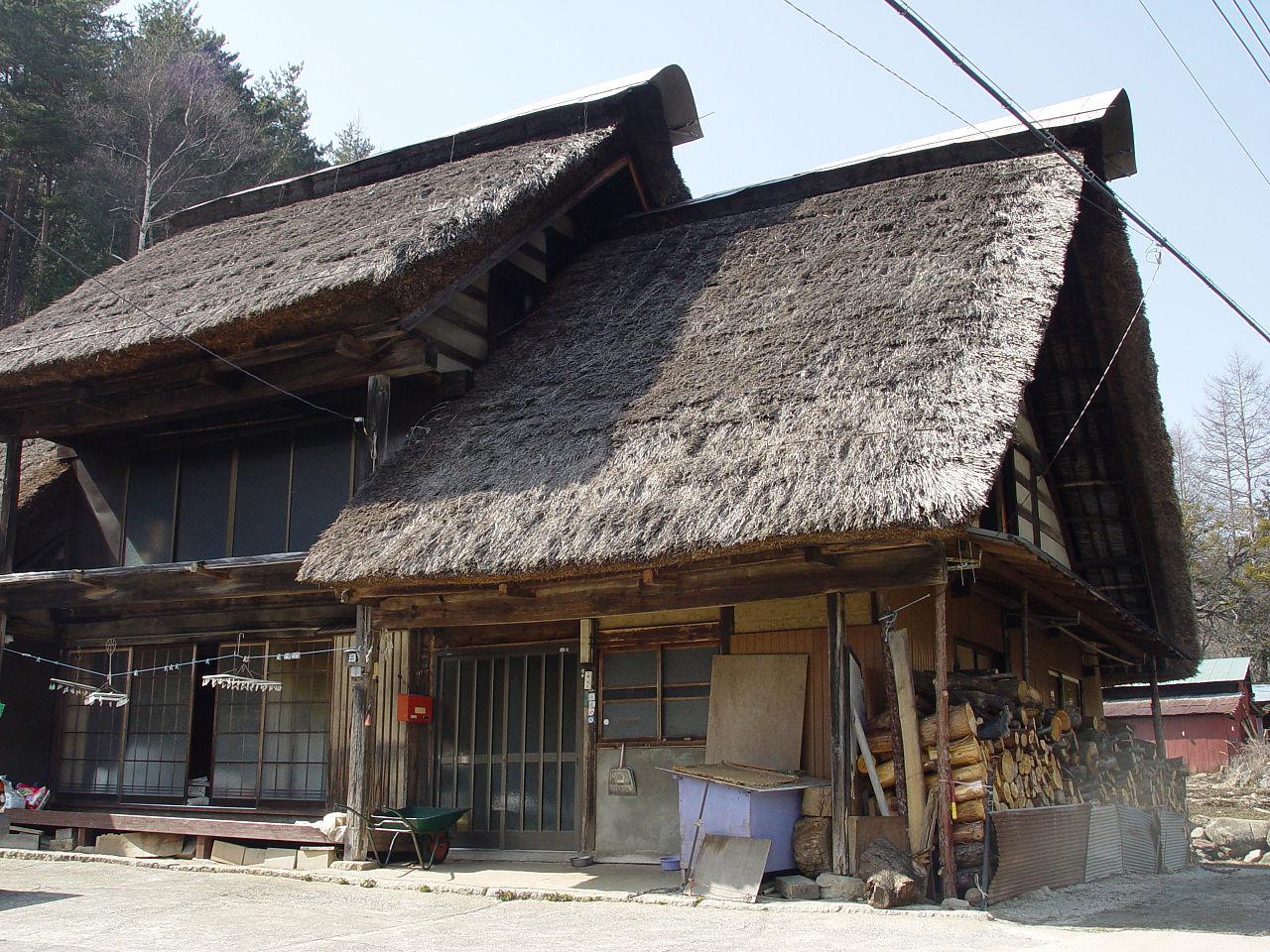 Datei:Thatched roof in Ichinose, Enzan, Yamanashi.jpg