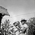 Tovariš ravnatelj Orel in dr. Vilfan ogledujeta majolko v Velikem Banu 1952.jpg