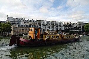 Un bateau à Paris, August 2011.jpg