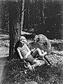 Van derc Polls stiefdochters Renée (links) en Hans in een bos op de Veluwe, Bestanddeelnr 189-0501.jpg