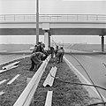 Vangrails beveiliging de weg Rotterdam Den Haag E10, men is bezig aan het laatst, Bestanddeelnr 916-1339.jpg
