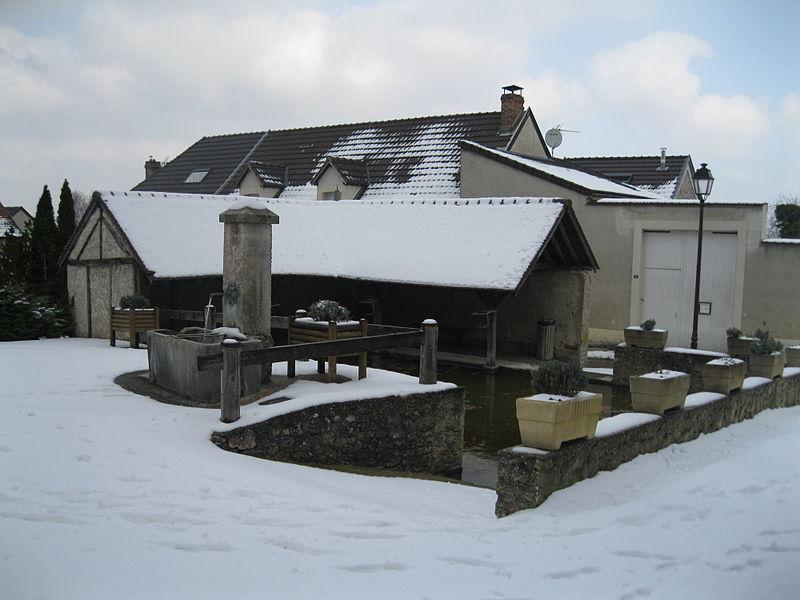 Le lavoir de Vauciennes, devant l'église Saint-Léger.
